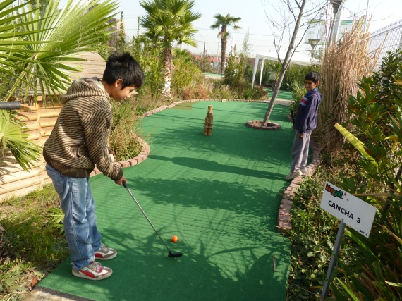We played mini golf with Alberto and Juanito.